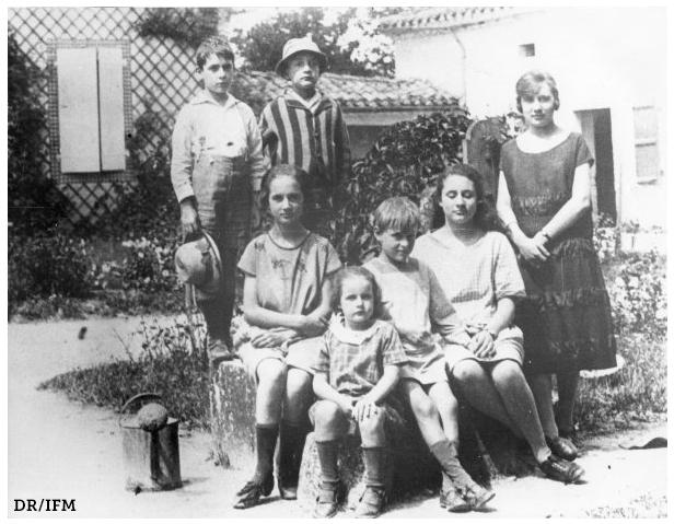 François Mitterrand enfant à Jarnac avec sa famille - Source : Institut François Mitterrand